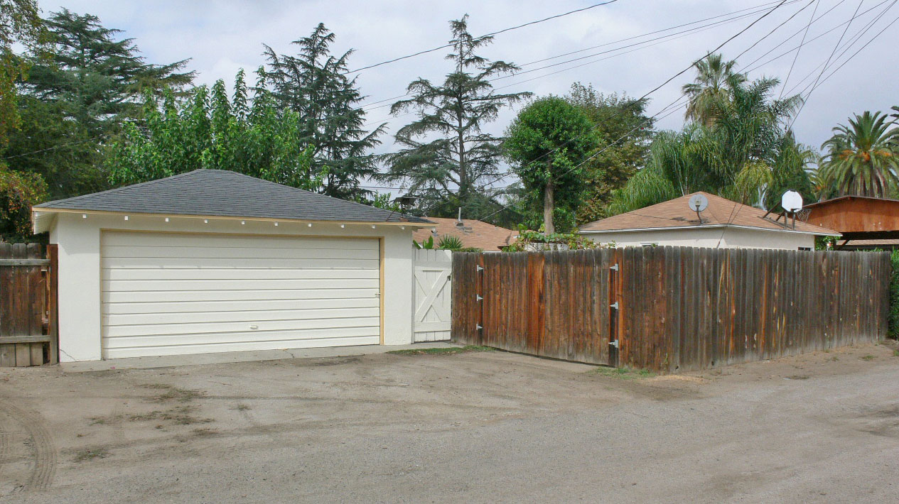 2 Car Garage Off The Alley With Fenced RV Or Large Toy Parking!