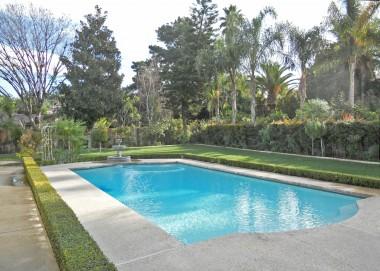 SPECTACULAR backyard -- looks like it belongs in Beverly Hills!