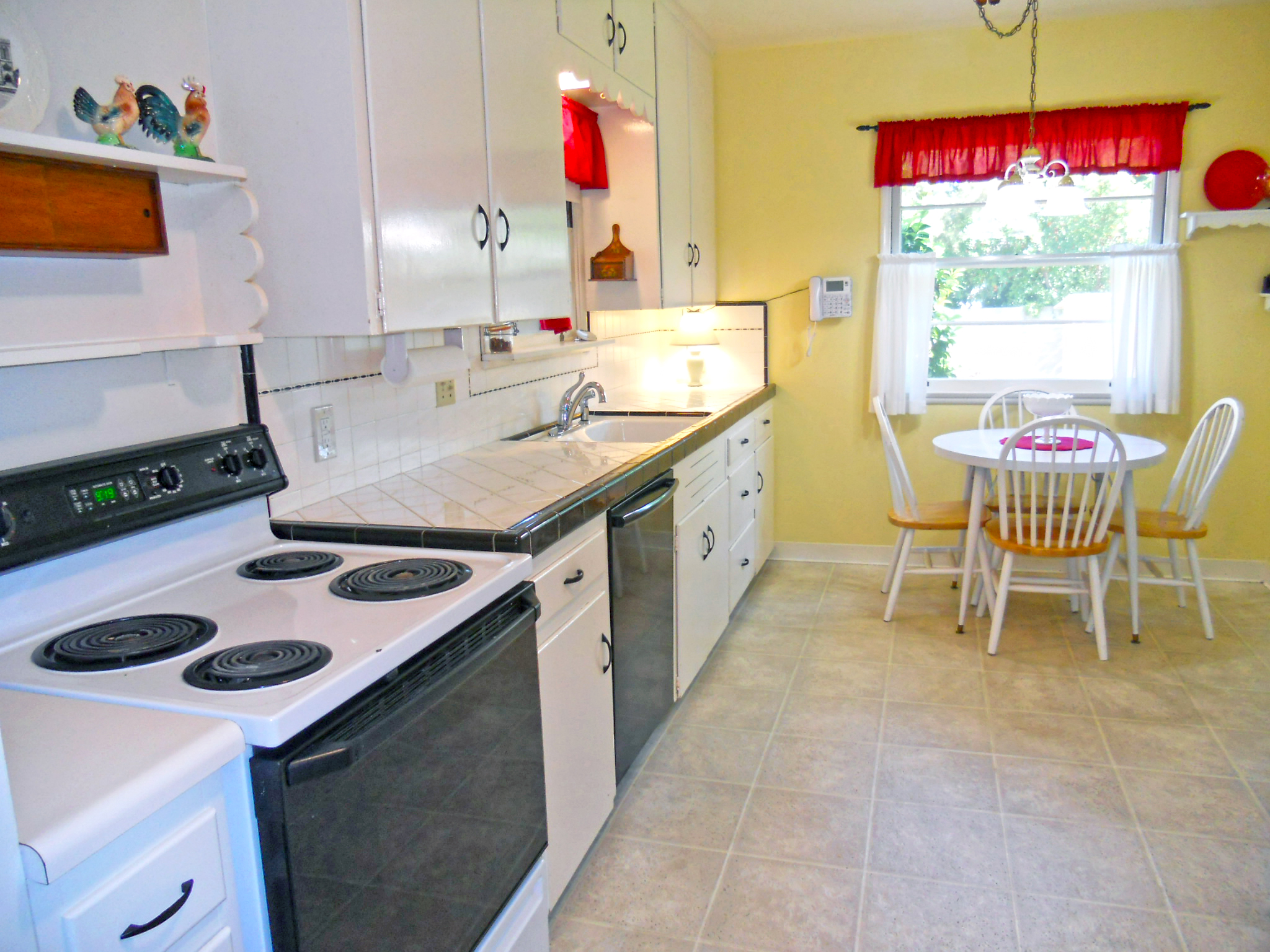 Spectacularly cute kitchen! It's bright, it's clean, and it's super spacious!