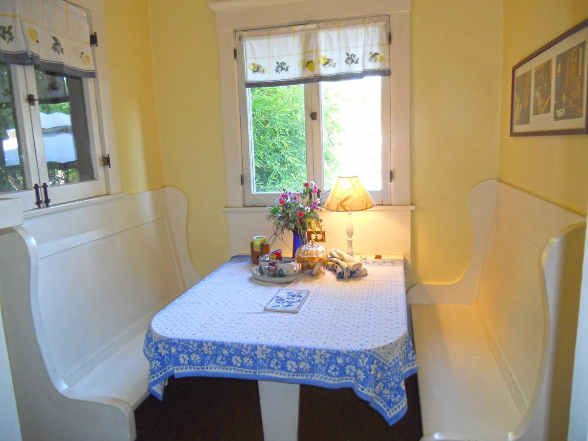 How adorable is this breakfast nook, overlooking the backyard!!!