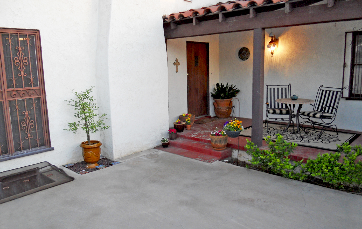 Beautiful welcoming courtyard with covered porch.  Great place to gather and watch the front-row view of the Mt. Rubidoux fireworks every year on the 4th of July!
