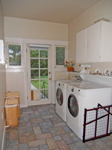 Separate laundry with tile floor and backyard access (washer/dryer stay).