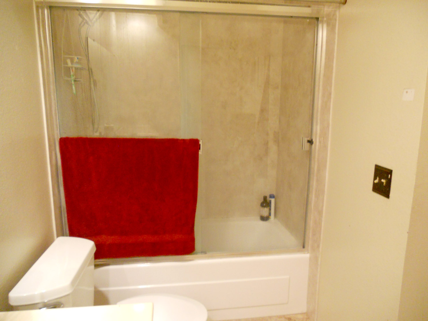 Upstairs hallway bathroom with enclosed tub/shower combo.