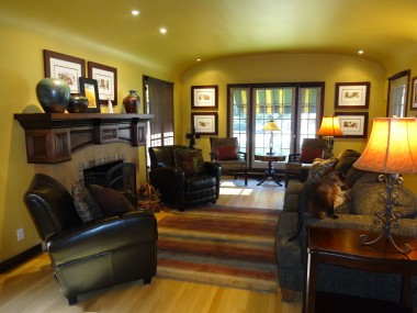 Large yet cozy-feeling living room with original hardwood floors. Breathtakingly spectacular feeling when you first walk into this room.