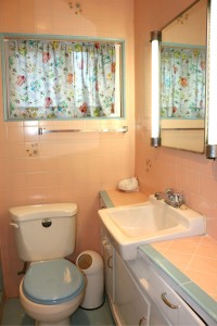 Retro casita bathroom with original charming 1950s tile.