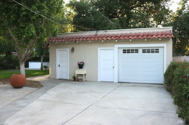 Garage with auto roll-up door, laundry, and casita around back.