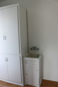 Mud room off the kitchen with utility sink
