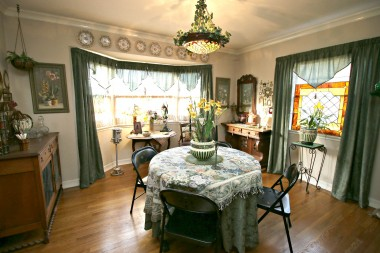 Formal dining room usually has much larger table, but it was sold for the move.