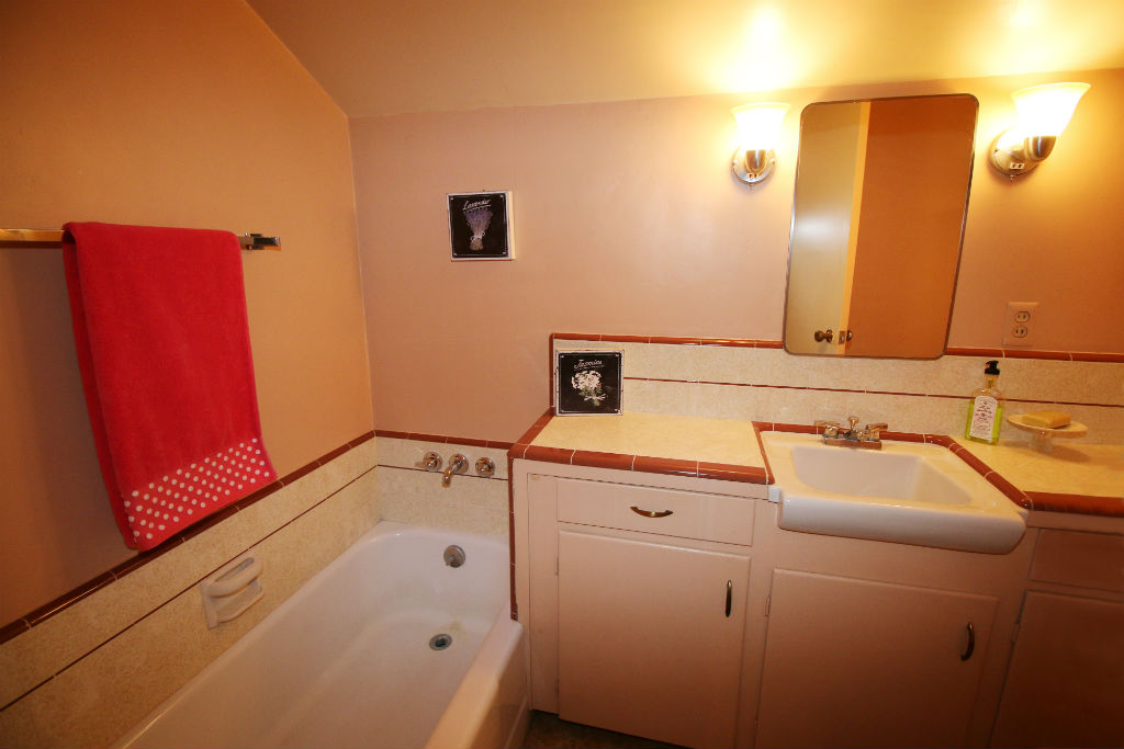 Upstairs bathroom with tub.