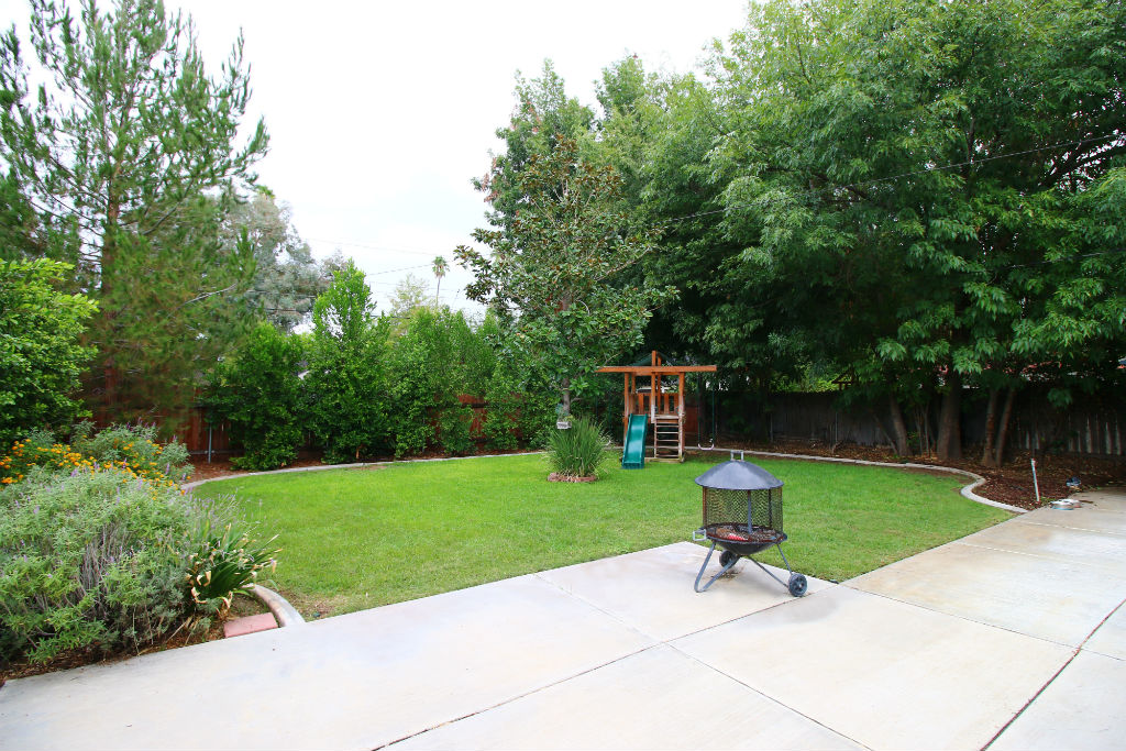 Look at this gorgeously manicured backyard. Room for a pool and/or garden too!