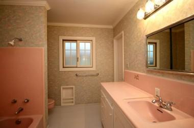 Retro master bathroom in like-new condition.