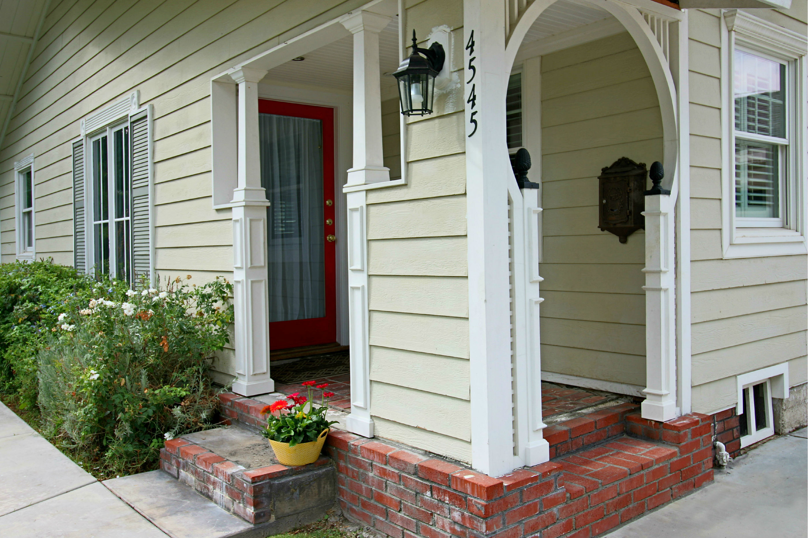 Adorable front entry