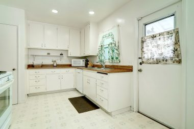 Light and bright kitchen with all the amenities (dishwasher, gas stove, microwave, recessed lighting, etc.