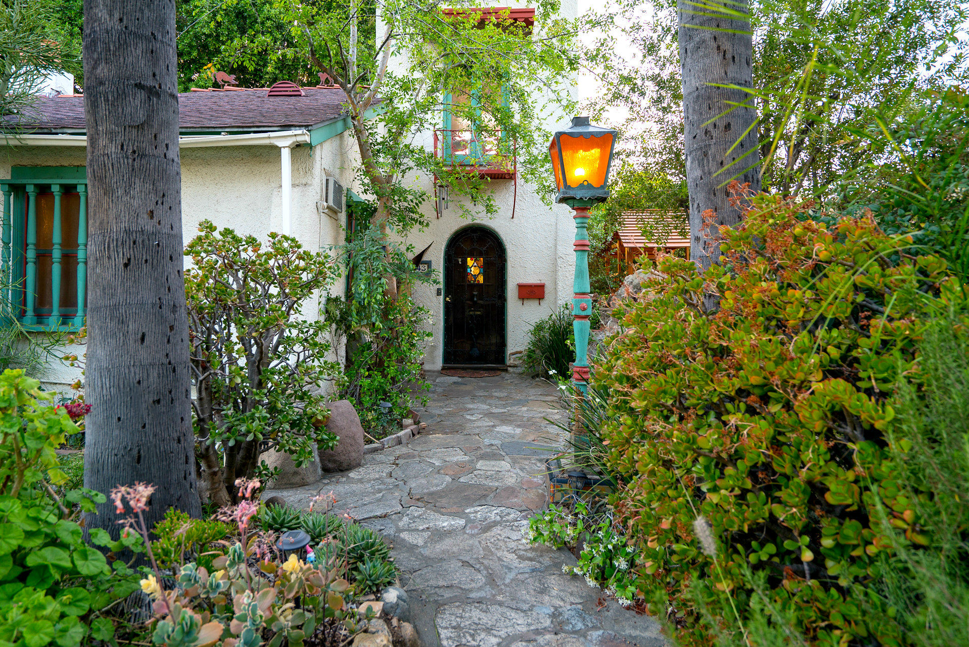 Entry sidewalk to 5043 Magnolia front door entrance