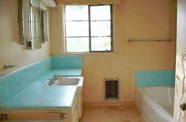 Vintage hallway bathroom with original counter top tile in good condition.