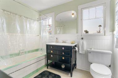 Full bathroom located in hallway between Bedrooms #3 and #4.