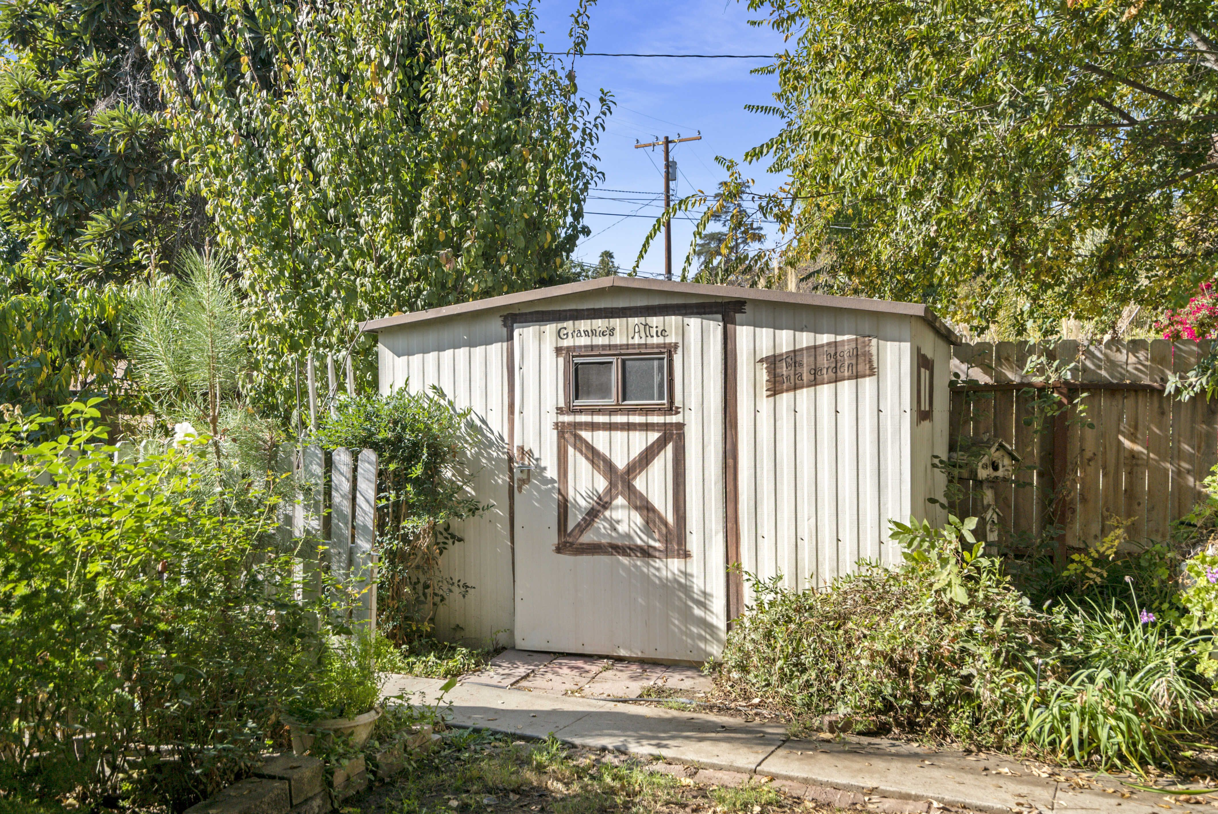Garden shed included.