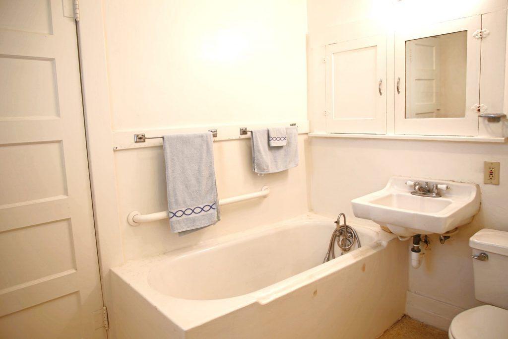 Jack-n-Jill bathroom between bedrooms #1 and #2.